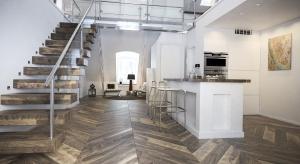 Dwuwarstwowe deski i parkiety zdobią polskie domy od lat. Urzekają naturalnym pięknem i kuszą innowacyjną funkcjonalnością. Dzisiaj jednak, wybierając podłogę, zwracamy uwagę także na unikalny design produktu – zgodnie ze światowymi trendam