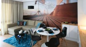 Tekstylia w salonie są ważnym elementem wystroju wnętrza. Podłogę w pokoju dziennym warto udekorować dywanem, który wprowadzi przytulny klimat do pomieszczenia.