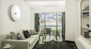 Apartament zlokalizowanego na 47 piętrze najwyższego budynku w Polsce - Sky Towerto modelowy przykład wielkomiejskiego stylu we wnętrzach.