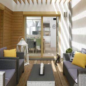 Architekt Małgorzata Galewska zaprojektowała wnętrze swojego domu w tonacjach beżów, bieli i szarości i na taką kolorystykę postawiła również na tarasie, który graniczy bezpośrednio z jadalnią. Projekt: Małgorzata Galewska. Fot. Bartosz Jarosz