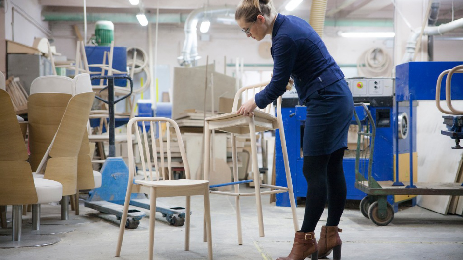 Projektantka Jadwiga Husarska przy pracy nad krzesłem Aldo. Fot. Husarska Design Studio