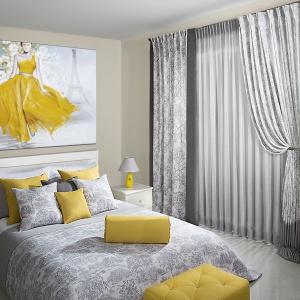 W niewielkich sypialniach warto postawić na jasne tekstylia i dodatki. Fot. Eurofirany