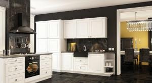 Zabudowa kuchenna w klasycznym stylu może mieć wiele różnych kolorów – od klasycznej bieli, poprzez ciepłe brązy, po elegancką czerń.