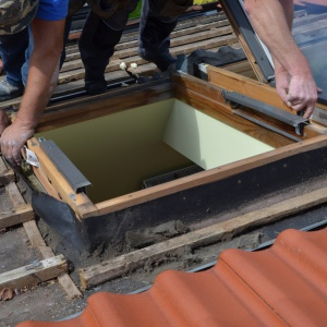 Demontaż starych okien dachowych. Fot. archiwum Roto Okna Dachowe.jpg