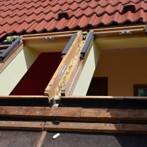 Demontaż starych okien dachowych. Fot. archiwum Roto Okna Dachowe