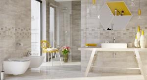 Moda na drewno nie przemija - pożądane jest w przestrzeni całego domu. Tam, gdzie zależy nam na łatwej higienie i odporności na wilgoć możemy zastąpić je płytkami ceramicznymi.