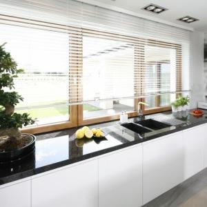 Strefa zmywania pod oknem: zobacz jak ją urządzić