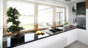 Nie wiesz jak urządzić strefę zmywania pod oknem? Sprawdźpomysły rodzimych projektantów wnętrz.