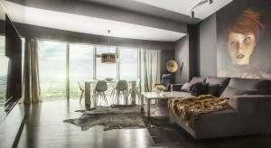 Apartament Sky Tower, w którym zastosowano finezyjną podłogę drewnianą, został doceniony przez redakcję brazylijskiego Vogue'a. Projekt autorstwa Studia 2kul został pokazany jako modelowy przykład wielkomiejskiego stylu we wnętrzach, gdzie prz