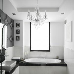 Biała łazienka wykończona została marmurem: szyku i kontrastu dodaje czarna tapeta. Projekt: Magdalena Smyk. Fot. Bartosz Jarosz