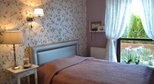 Nasza czytelniczka ma problem z urządzeniem małej sypialni. Z pomocą przychodzi nasza projektantkaMaciejka Peszyńska-Drews. Sprawdźcie jej pomysły!