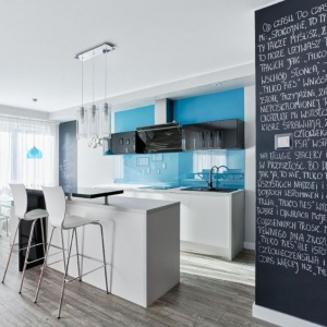 Ścianę przy wejściu do kuchni pomalowano farbą tablicową. Fot. Atlas Studio