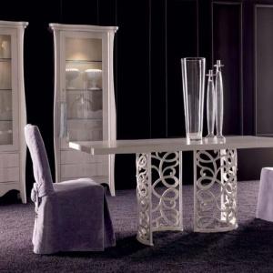 Jadalnia marki Corte Zari. Wspaniały stół Flora oraz krzesła  Karis w kunsztownych fartuchach z zapinkami. Fot. Galeria Heban