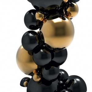 Wykonana z drewna konsola  Newton marki marki Boca Do Lobo. Kule symbolizujące atomy, lakiero- wane są na kolor czarny i złoty. Fot. Galeria Heban