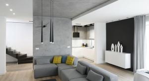 Przez lata zapomniany, beton wraca do łask, coraz częściej goszcząc w przestrzeniach pokoju dziennego. Zobaczcie, jak udekorować nim ściany.