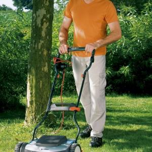 W ogrodach w stylu angielskim najważniejszy jest pięknie wypielęgnowany zadbany trawnik. Warto zainwestować w kosiarkę. Fot. Gardena