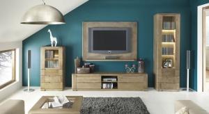 Meble w kolorze drewna pozwolą stworzyć przytulną atmosferę w salonie, dodając mu przy tym elegancji i powabu.