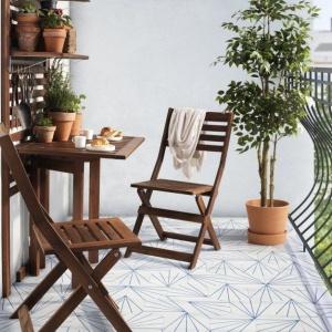Na małych balkonach świetnie sprawdzą się meble wielofunkcyjne, np. łączące w sobie półkę i składany stolik, na których możemu do woli ustawiać kwiaty doniczkowe. IKEA