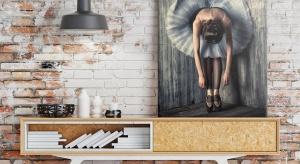 """Nawet najbardziej zatwardziali minimaliści muszą przyznać, że wnętrze z zupełnie pustymi ścianami wygląda trochę... łyso. Tyle że dobór i zastosowanie obrazów w taki sposób, aby całość nie sprawiała banalnego wrażenia """"portretu prz"""