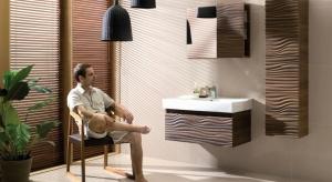 Szafki łazienkowe zamontowane na ścianie, zamiast na standardowych cokołach, bez wątpienia mają wiele zalet. Aby optycznie powiększyć wnętrze, warto zastosować meblez jasnymi frontami w wysokim połysku.