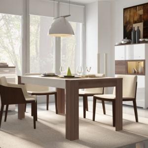 Jadalnia Alvaro to uniwersalne połączenie bieli z kolorem drewna, które wizualnie ją ociepla. Fot. Salony Agata