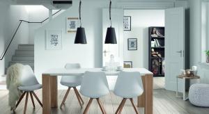 W jadalni - podobnie, jak w kuchni czy salonie - modne są nowoczesne proste formy i meble łączące różne kolory i materiały. Zobaczcie przykłady najmodniejszych mebli.