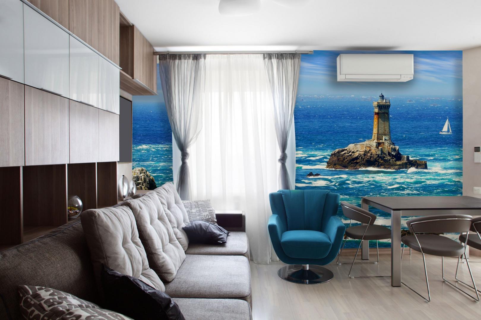 Fototapeta z morskim krajobrazem wprowadza kolor do stonowanej aranżacji salonu i harmonizuje z turkusowym fotelem. Fot. Dekornik