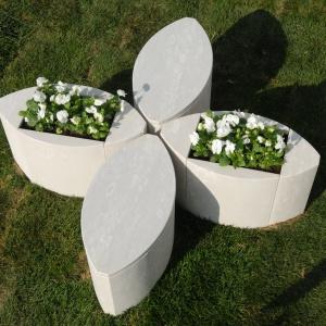 Fantazyjna betonowa forma, która służyć może jednocześnie za donicę na kwiaty i towarzyszące jej siedziska. Fot. Margraf