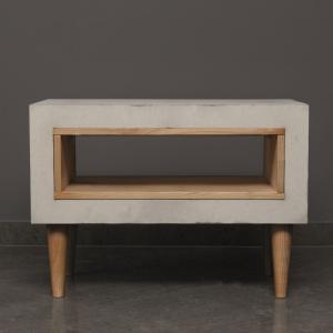 Stolik kawowy Timeless wykonany został z betonu oraz drewna. Ciekawa forma jest również praktyczna, bo w postwałej niszy można ułożyć np. gazety lub książki. Fot. Morgan & Moeller