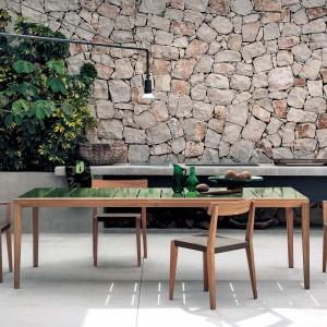 Stół i krzesła Teka marki Roda. Fot. Roda