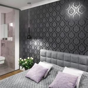 Ścianę w sypialni pokrywa piękna, elegancka tapeta o ciemnej barwie i ze zdobnym wzorem.  Projekt: Karolina Łuczyńska. Fot. Bartosz Jarosz