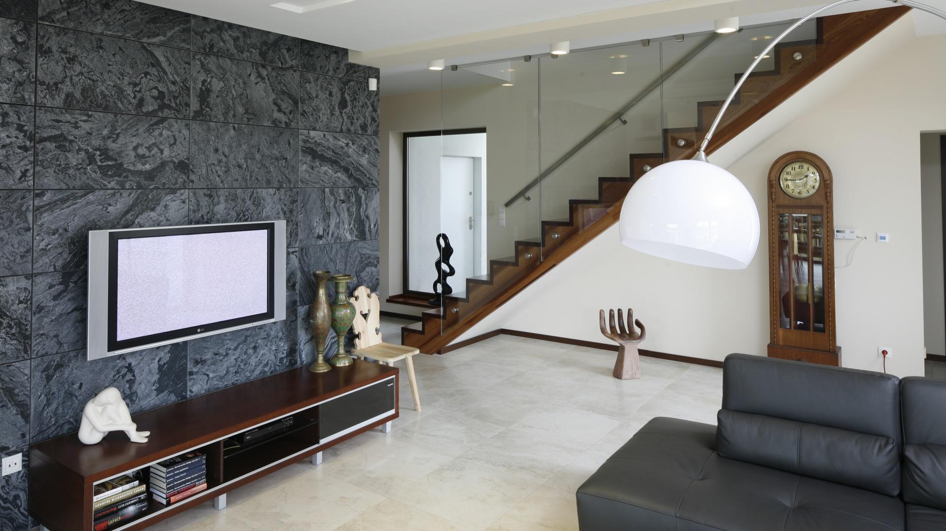 Na ścianie za telewizorem zastosowano polerowany łupek, pod kolor kamienia dobrano także niektóre meble. Projekt: Piotr Stanisz. Fot. Bartosz Jarosz