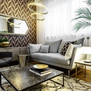 Dwa okręgi różnej wielkości z zamontowanymi w konstrukcji małymi lampkami tworzą oryginalną i elegancką lampę. Fot. Mesmetric Concept Store