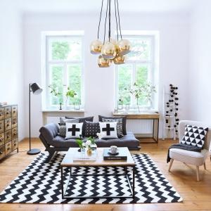 Lampa Multi-Ball o złotej barwie i ciekawym wzornictwie stanowi punkt aranżacji salonu, który przyciąga najbardziej wzrok. Fot. Westwing