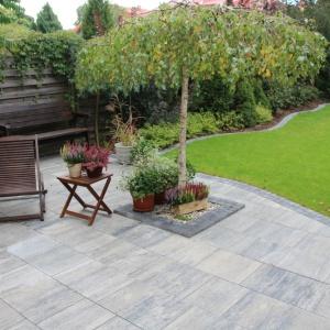 Przydomowy ogród jest idealnym dopełnieniem domu. Fot. ABW Superbruk