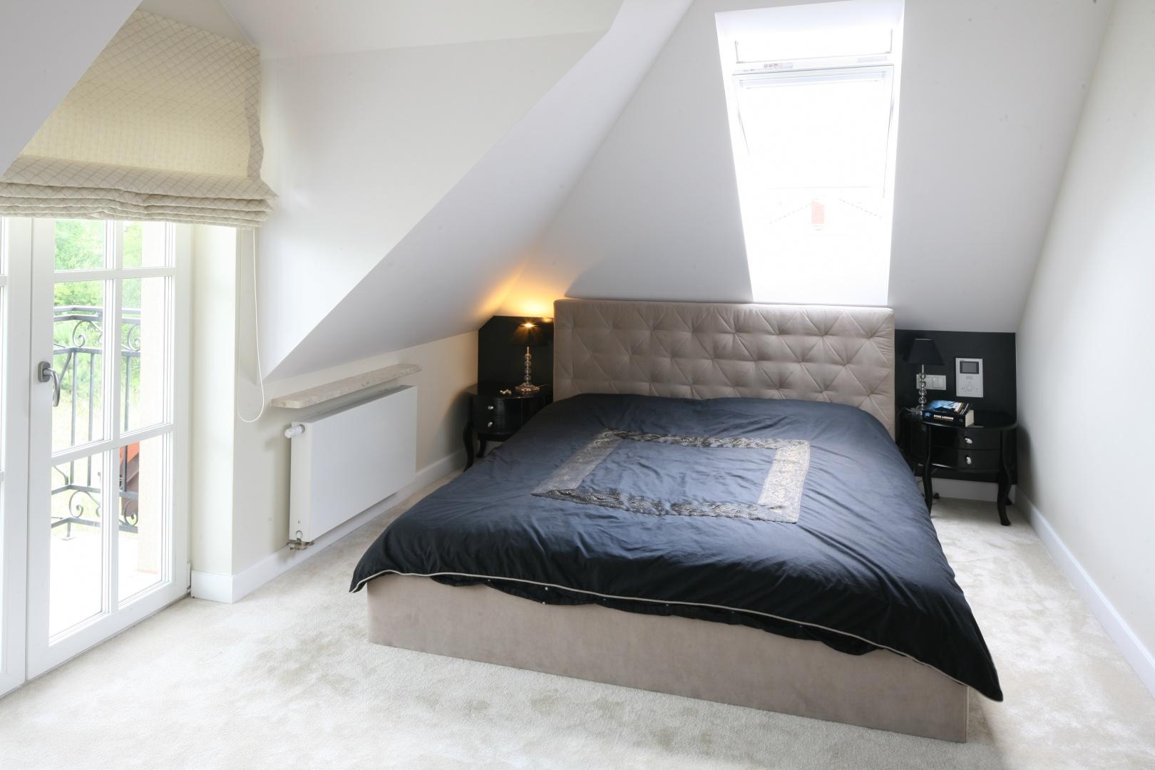 Sypialnia pod skosem dachowym: wnętrze jest dość wąskie, ale zmieściło się łóżko dla dwojga i małe stoliki nocne. Projekt: Katarzyna Merta-Korzniakow. Fot. Bartosz Jarosz