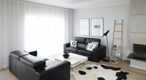 Duet czerni i bieli to uniwersalne połączenie, które jest zawsze modne. Świetnie prezentuje się również w aranżacji salonu.