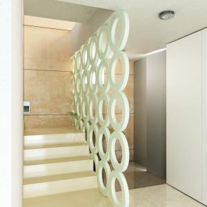 Dekoracyjny panel ażurowy Hop o oryginalnej formie złączonych ze sobą okręgów. W estetyczny i efektowny sposób zastąpi tradycyjną ściankę działową. Idealny do stworzenia subtelnych podziałów we współecznych otwartych wnętrzach. Wykonany z płyt MDF. Fot. Decomania