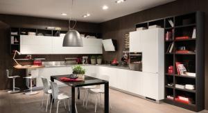 Strefa przygotowywania posiłków, gotowania oraz mycia naczyń to miejsca wystawione na ciągłe działanie temperatury, wody i zabrudzeń. Dlatego ściana nad blatami wymaga specjalnego zabezpieczenia.Do wyboru jest wiele opcji.