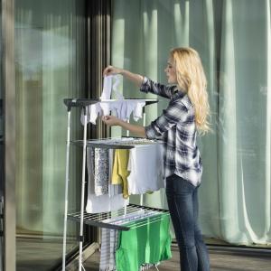 Suszarki typu wieża można bez problemu dostosować do swoich potrzeb, dzięki opcji regulacji półek. Na zdjęciu suszarka Viva Dry Multiflex. Fot. Vileda