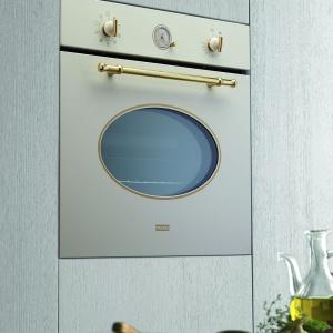 Piekarnik z serii Classic ma tradycyjne pokrętła i timer, a także elegancką, stylizowaną rączkę do otwierania drzwiczek. Fot. Franke