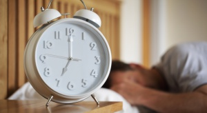 Jak oswoić budzik? Warto wyrobić w sobie nawyk wstawania o tej samej godzinie każdego dnia.