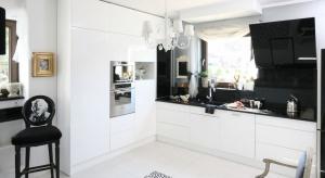 Zabudowa kuchenna z wysokim połyskiem doskonale prezentuje się zarówno w bieli, jak i w kolorze. Najmodniejsze są oczywiście fronty szafek kuchennych lakierowana na wysoki połysk w białej kuchni.