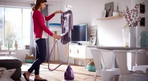 Otym jak prezentuje się strój, decyduje nie tylko jego fason, ale też brak zagnieceń i świeży zapach. Jednak w szafie mamy ubrania, których nie pierze się po jednym założeniu lub są zbyt delikatne do prasowania żelazkiem.