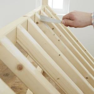 Krok 5: Po zamocowaniu listew należy zaszpachlować miejsca łączenia elementów: użyj szpachlówki uniwersalnej, która nadaje się także do drewna. Następnie starannie oszlifuj zaszpachlowane miejsca – zrobisz to z łatwością przy użyciu akumulatorowej szlifierki uniwersalnej. Fot. Bosch