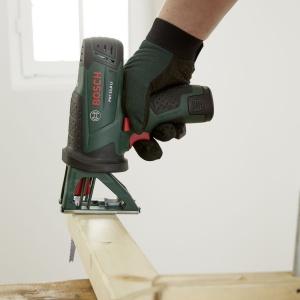 Krok 2: Przy użyciu akumulatorowej piły uniwersalnej PST 10,8 LI firmy Bosch przyciąć listwy drewniane dovzaznaczonej wcześniej długości. Dla większego bezpieczeństwa najlepiej zamocować listwy do ławy roboczej i stosować przy pracy rękawice robocze. Fot. Bosch
