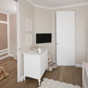 W domu urządzonym w stylu glamour znalazł się również pokój dla małej księżniczki, urządzony w stonowanych różach i bieli. Projekt: Karolina Łuczyńska. Fot. Bartosz Jarosz