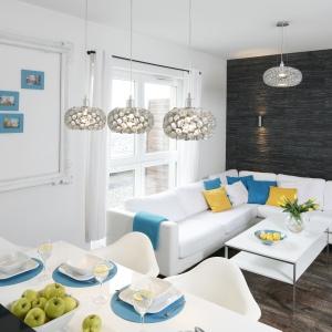 W niewielkim saloniku w stylu nowoczesnego glamour jadalnia znajduje się tuż przy kuchennej wyspie. Projekt: Katarzyna Uszok. Fot. Bartosz Jarosz