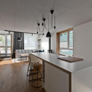 Wyspa kuchenna pełni rolę domowego baru oraz dodatkowej powierzchni roboczej. Projekt: arch. Indre Sunkodiene. Fot. Leonas Garbačauskas