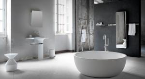 Jaka może być łazienka? Industrialna, z betonową podłogą i cegłą na ścianie. W eleganckiej szarości, której surowość łagodzą drewniane fronty mebli?